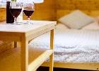 łóżko podwójne w sypialni trzyosobowej