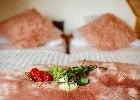 dwa łóżka złączone z możliwością rozsunięcia