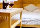 łóżko małżeńskie w pokoju trzyosobowym