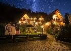 domki nocą