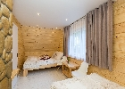 sypialnia z dwoma łóżkami dwuosobowymi
